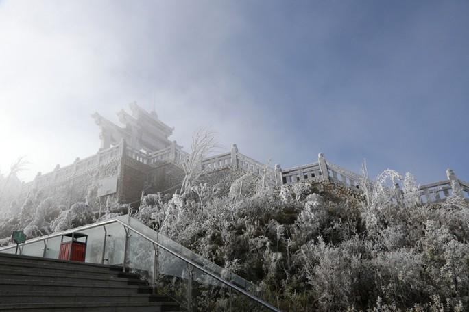 Nhiệt độ xuống -7 độ C, băng tuyết phủ trắng đỉnh Fansipan - Ảnh 18.