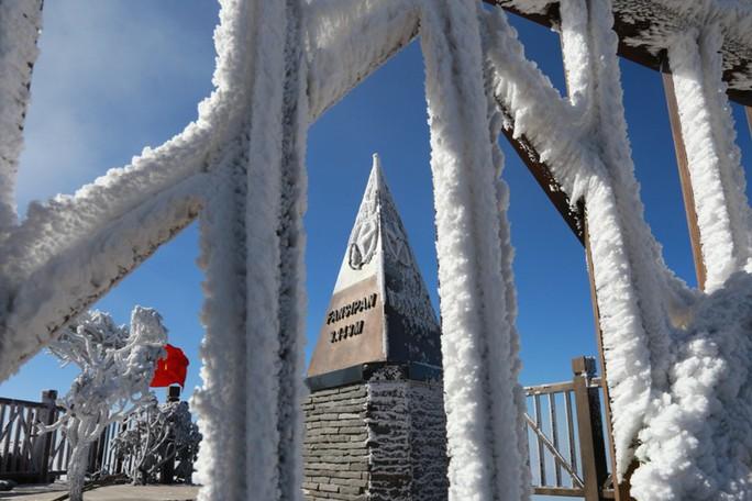 Nhiệt độ xuống -7 độ C, băng tuyết phủ trắng đỉnh Fansipan - Ảnh 26.