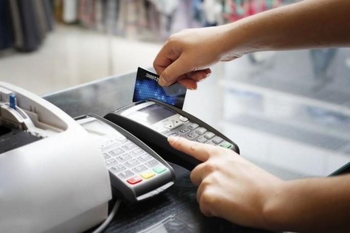Vì sao lại quy định thẻ tín dụng chỉ được rút 5 triệu đồng/ngày? - Ảnh 1.
