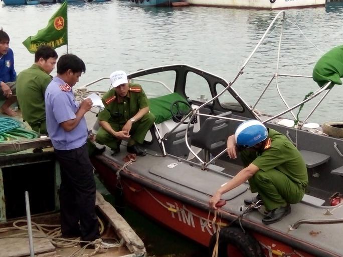 Các lực lượng chức năng của huyện Lý Sơn xác minh, điều tra xảy ra va chạm dẫn đến chết người.