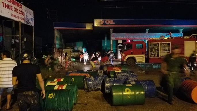 Hơn 1 giờ cứu cây xăng khỏi đám cháy trong đêm - Ảnh 2.