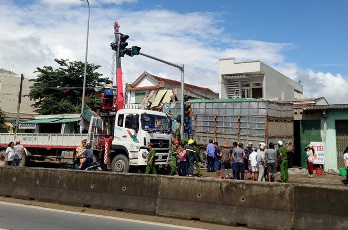 Xe tải mất lái, tông sập 4 nhà dân - Ảnh 1.