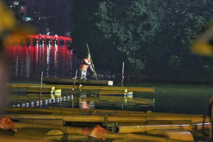 Cận cảnh trắng đêm nạo vét Hồ Gươm trong giá rét - Ảnh 3.