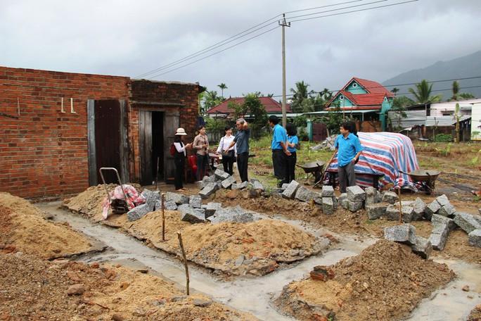 Báo Người Lao Động hỗ trợ công nhân Khánh Hòa tan hoang nhà cửa sau bão - Ảnh 2.
