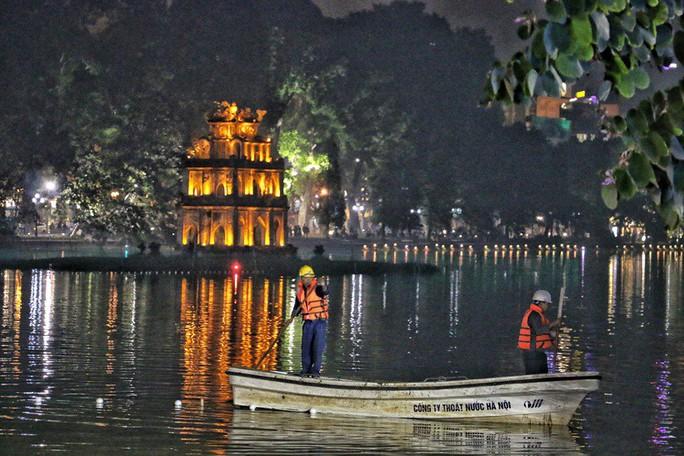 Cận cảnh trắng đêm nạo vét Hồ Gươm trong giá rét - Ảnh 2.