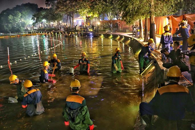 Cận cảnh trắng đêm nạo vét Hồ Gươm trong giá rét - Ảnh 6.