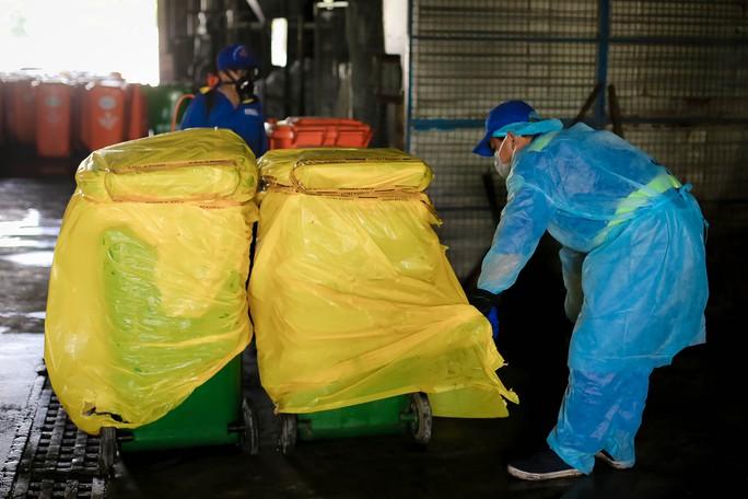 Tiếp cận lò tiêu hủy hàng ngàn con heo bị tiêm thuốc an thần - Ảnh 7.