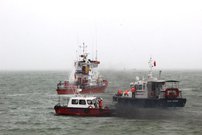 Diễn tập cứu nạn tàu khách cháy khiến 2 người bỏng nặng, 3 người trôi dạt - Ảnh 1.