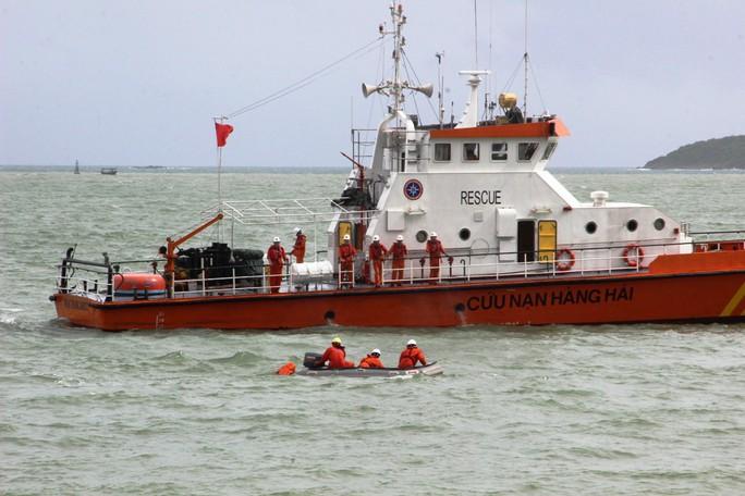 Diễn tập cứu nạn tàu khách cháy khiến 2 người bỏng nặng, 3 người trôi dạt - Ảnh 6.