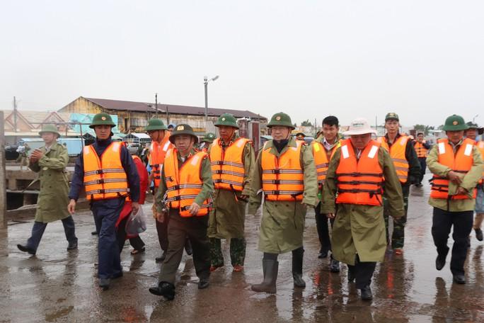 Phó Thủ tướng đang chỉ đạo ứng phó với bão số 16 (Tembin) tại Sóc Trăng - Ảnh 1.