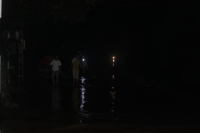 Nước lũ tràn đê sông Bưởi, khẩn cấp sơ tán dân - Ảnh 5.
