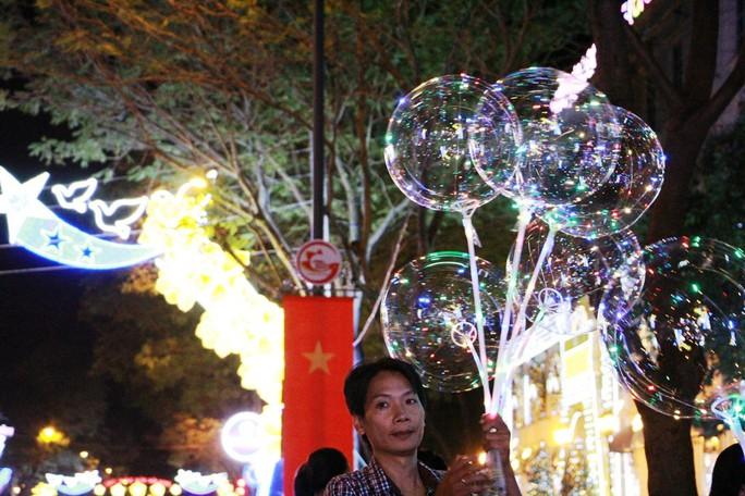 Sài Gòn rực rỡ trong biển người đêm Giáng sinh - Ảnh 2.