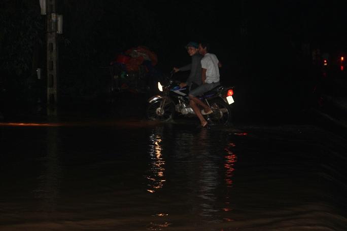 Nước lũ tràn đê sông Bưởi, khẩn cấp sơ tán dân - Ảnh 6.