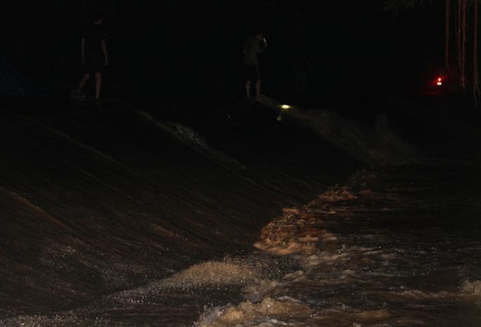 Nước lũ tràn đê sông Bưởi, khẩn cấp sơ tán dân - Ảnh 8.