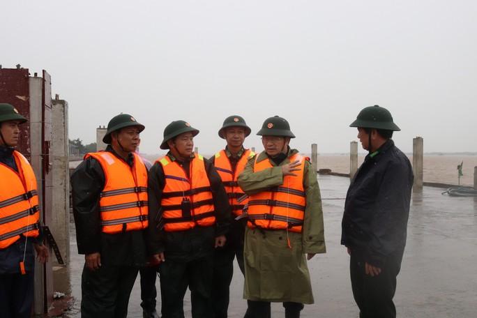 Phó Thủ tướng đang chỉ đạo ứng phó với bão số 16 (Tembin) tại Sóc Trăng - Ảnh 2.