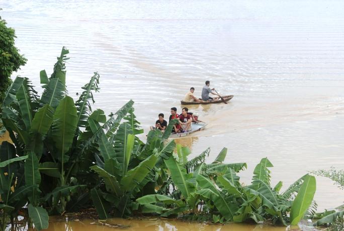 Cả xã chìm trong biển nước, quân đội, công an hối hả ứng cứu - Ảnh 8.