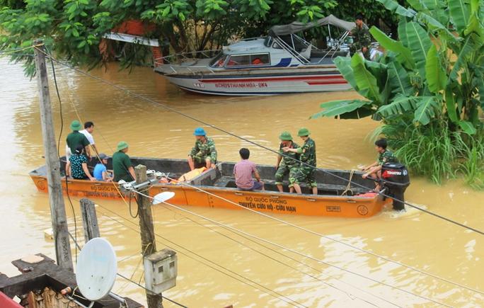 Cả xã chìm trong biển nước, quân đội, công an hối hả ứng cứu - Ảnh 13.