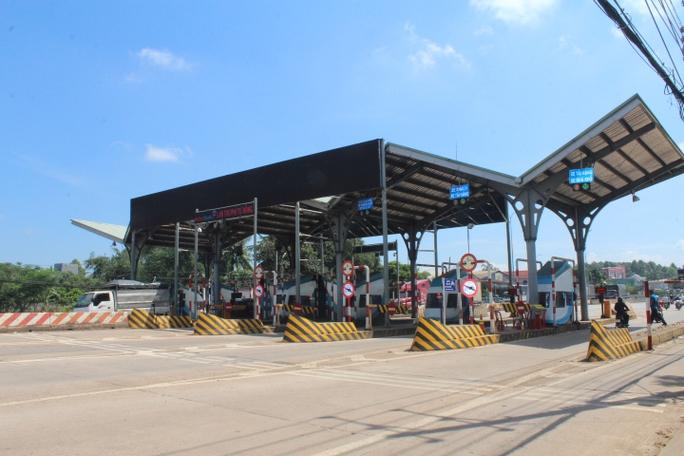 Dùng tiền lẻ mua vé qua trạm BOT Biên Hòa: CSGT mời tài xế làm việc - Ảnh 1.