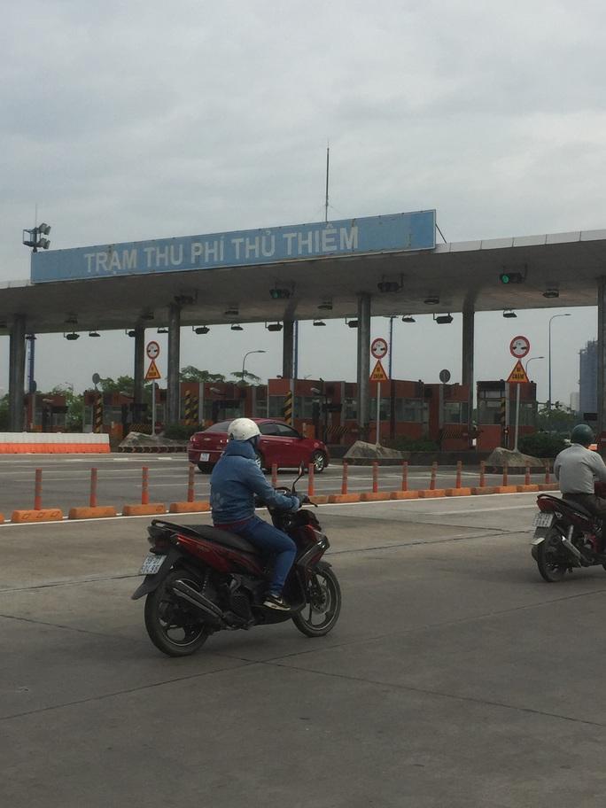 Tháo dỡ trạm thu phí qua hầm sông Sài Gòn trước Tết - Ảnh 2.