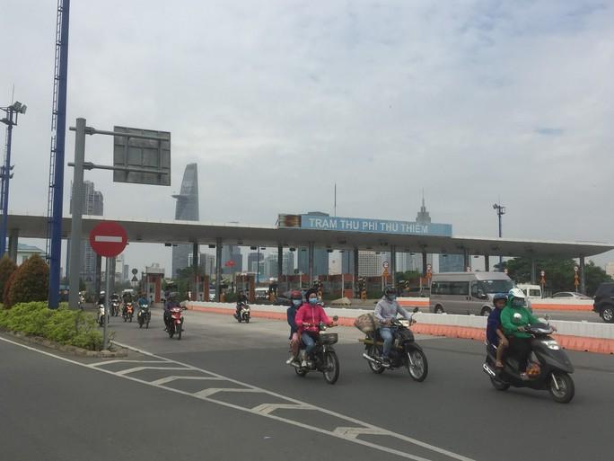 Tháo dỡ trạm thu phí qua hầm sông Sài Gòn trước Tết - Ảnh 1.