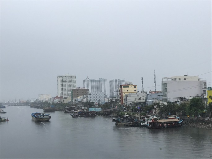 Mưa to, thủy triều cùng lúc tấn công nhiều nơi ở TP HCM - Ảnh 2.