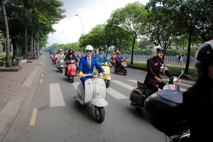 Quý ông, quý bà cưỡi mô tô, xe cổ gây quỹ từ thiện - Ảnh 1.