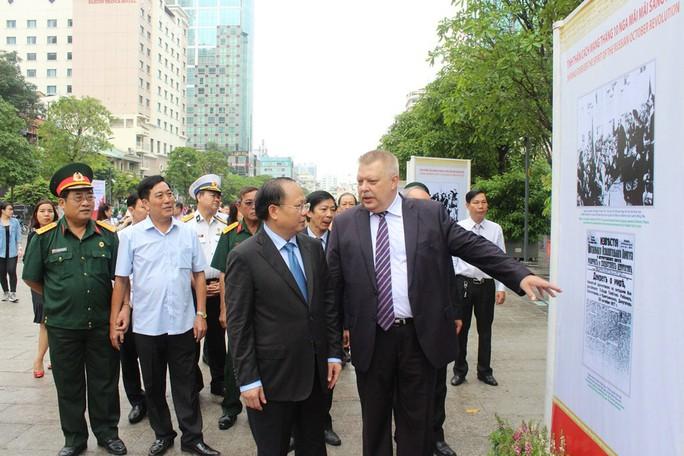 Triển lãm ảnh Cách mạng Tháng Mười Nga trên phố đi bộ Nguyễn Huệ - Ảnh 3.