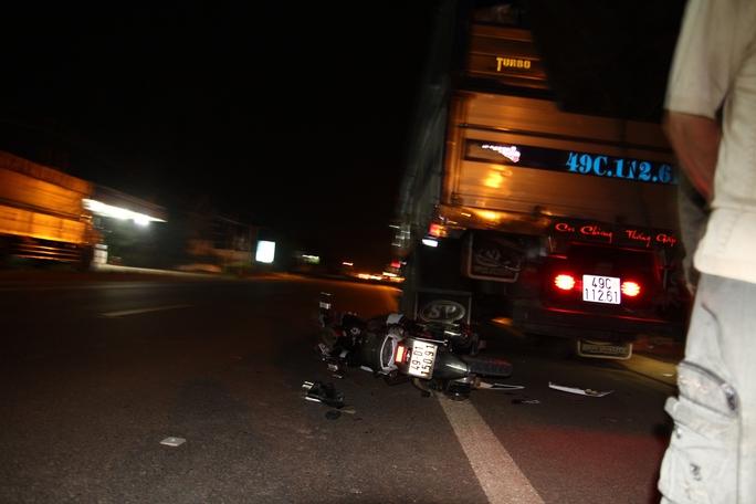 Tông đuôi xe tải đỗ bên đường trong đêm, 1 người nguy kịch - Ảnh 1.