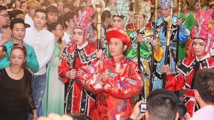 Nhà thờ Tổ của danh hài Hoài Linh tràn ngập khách thập phương - Ảnh 8.