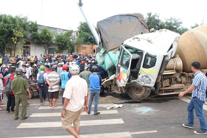 Tai nạn do xe bồn mất thắng tại đèn đỏ, nhiều người thương vong - Ảnh 3.
