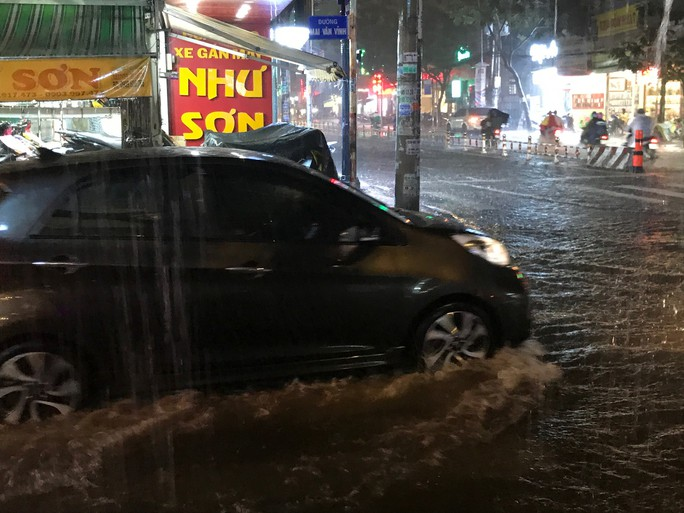 Bão số 14 gây mưa to gió lớn ở TP HCM - Ảnh 5.