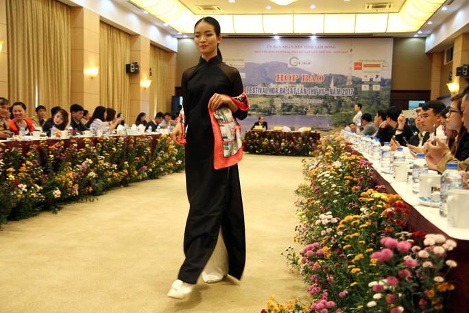 Mãn nhãn với Tơ lụa Bảo Lộc trong Festival hoa Đà Lạt 2017 - Ảnh 2.