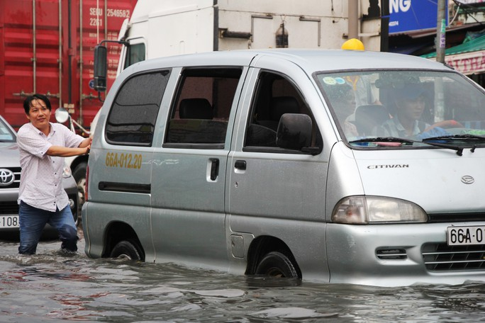 Mưa dồn, triều cường dập, Nam Sài Gòn nước ngập mênh mông - Ảnh 2.