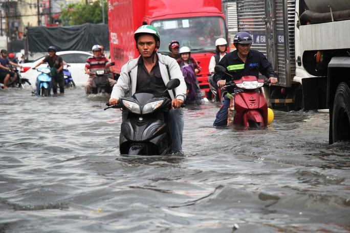 Mưa dồn, triều cường dập, Nam Sài Gòn nước ngập mênh mông - Ảnh 3.