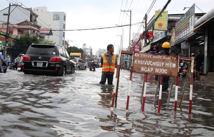 Mưa dồn, triều cường dập, Nam Sài Gòn nước ngập mênh mông - Ảnh 4.