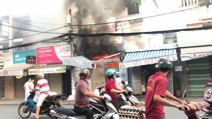VIDEO xe tải tông sập cửa cứu căn nhà rực lửa ở Sài Gòn - Ảnh 4.