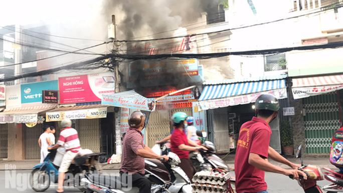 Giây phút tài xế xe tải tông sập cửa cứu căn nhà cháy - Ảnh 2.