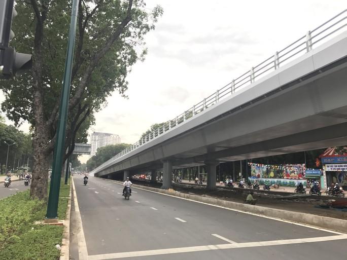 Nhánh cầu cửa ngõ Tân Sơn Nhất vừa thông, xe vẫn kẹt - Ảnh 10.