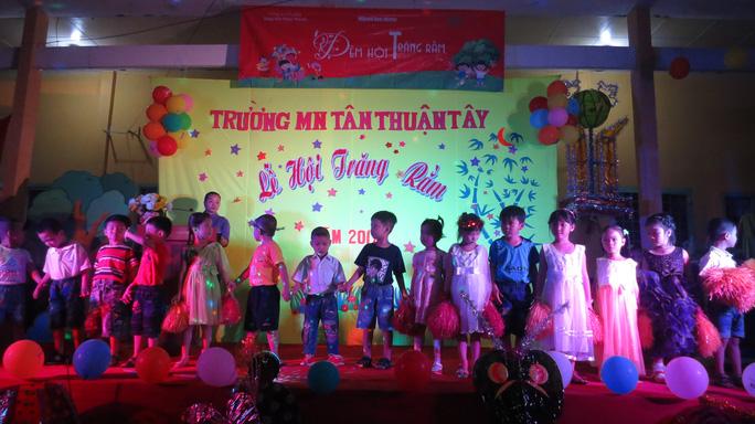 Báo Người Lao Động tặng quà trung thu cho HS nghèo ở Đồng Tháp - Ảnh 1.