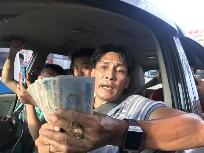 Công an tiếp tục mời tài xế đưa tiền lẻ qua BOT Cai Lậy làm việc - Ảnh 2.