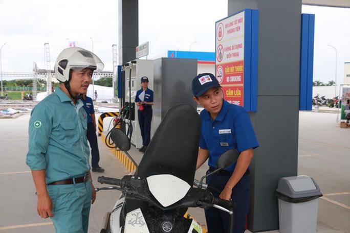 Thực hư chuyện cấm công chức Hà Nội đổ xăng tại trạm xăng Nhật - Ảnh 1.