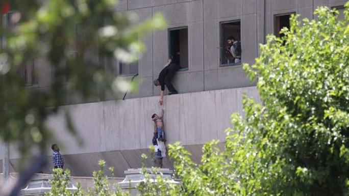 Iran cáo buộc Ả Rập Saudi đứng sau vụ khủng bố kép - Ảnh 1.