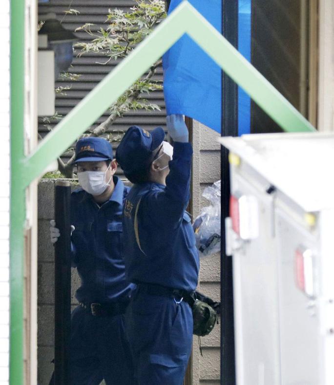 Cảnh sát điều tra căn nhà. Ảnh: AP