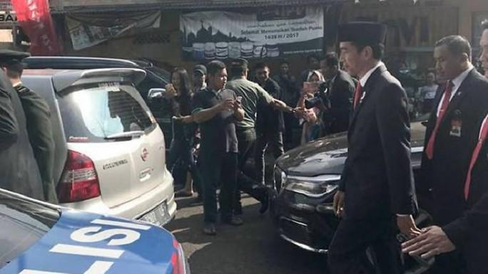 Tổng thống Indonesia đi bộ hơn 2 km vì kẹt xe - Ảnh 1.