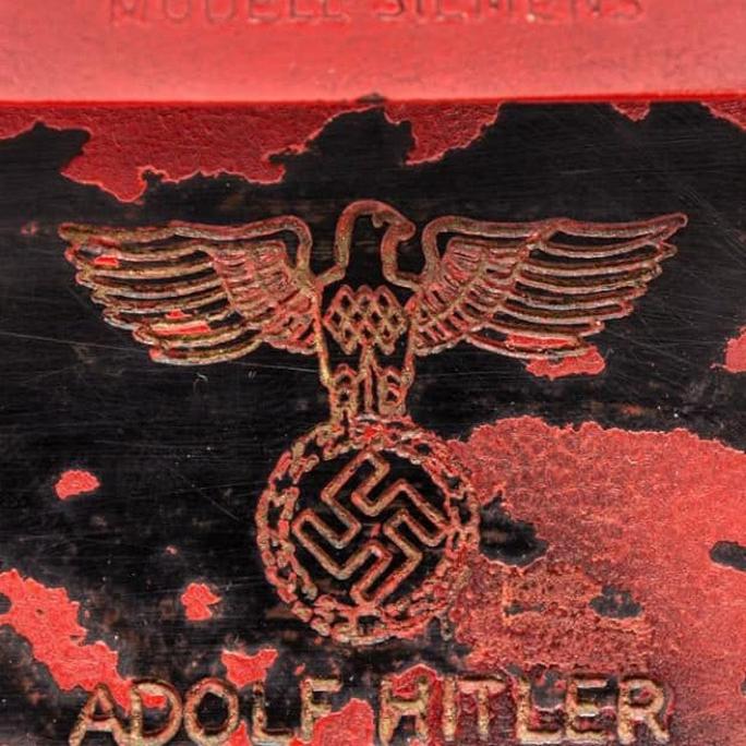 Tên trùm phát xít Hitler trên chiếc điện thoại. Ảnh: EPA