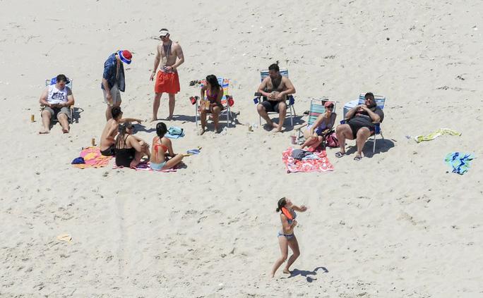 Thống đốc Mỹ và nghịch lý bãi biển bị đóng cửa - Ảnh 2.