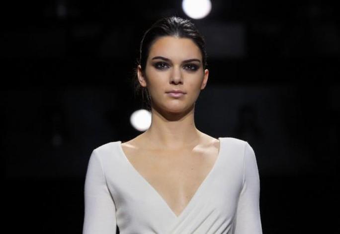 Siêu mẫu Kendall Jenner kiếm tiền nhiều nhất năm 2017 - Ảnh 1.