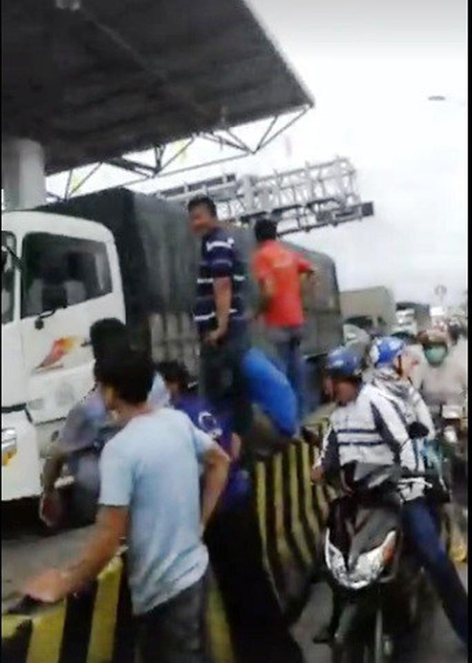Tài xế trả tiền lẻ, kẹt xe nhiều giờ ở trạm BOT Ninh An - Ảnh 2.
