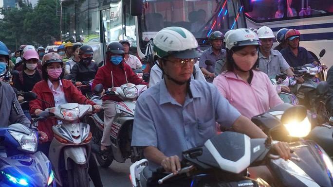 Người dân ùn ùn rời Sài Gòn, về quê nghỉ Tết Dương lịch - Ảnh 14.