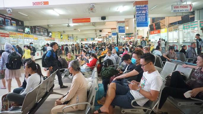 Người dân ùn ùn rời Sài Gòn, về quê nghỉ Tết Dương lịch - Ảnh 16.